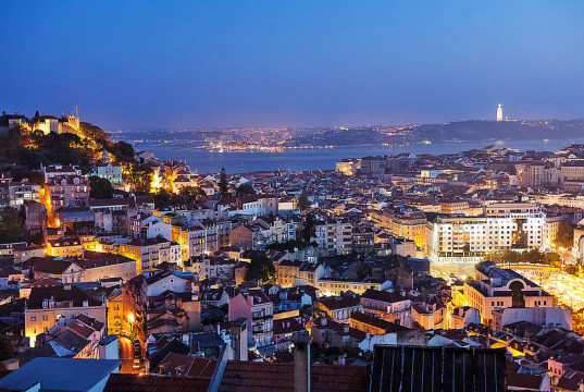 La città di Lisbona di notte