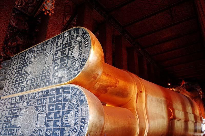 I piedi della statua del Buddha a Bangkok