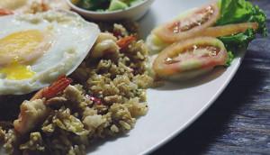 Un piatto con riso alla cantonese ed altre prelibatezze della cucina cinese